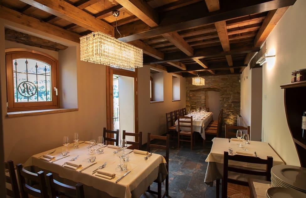 Agriturismo Borgo Rossi la sala e la cucina del ristorante